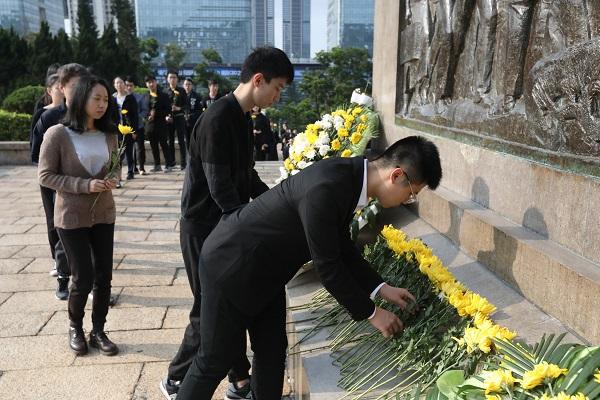 学生代表有序瞻仰纪念碑 (4).jpg